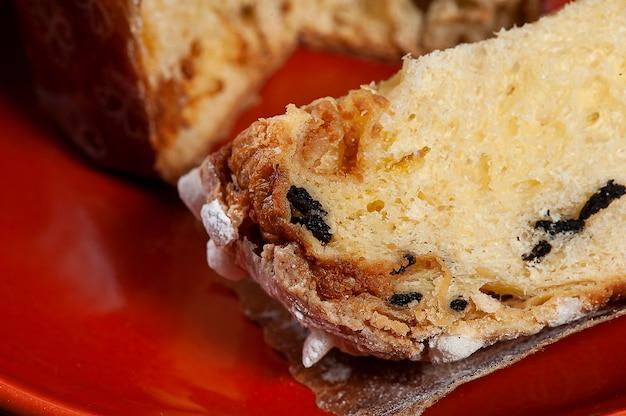 Panetone artesanal de fermentação natural, com chocolate e castanhas. sobremesa de natal.