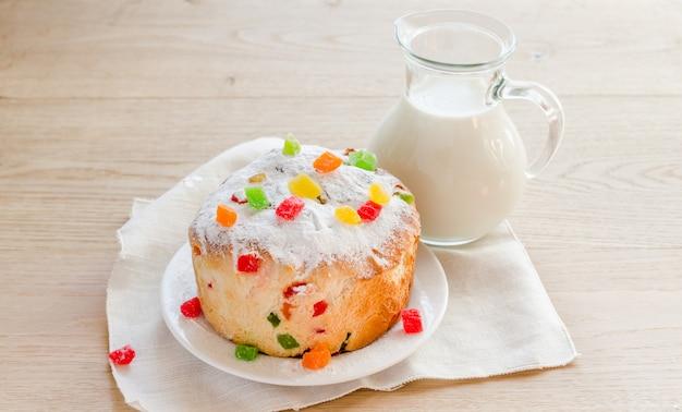 Panetone caseiro com jarro de leite