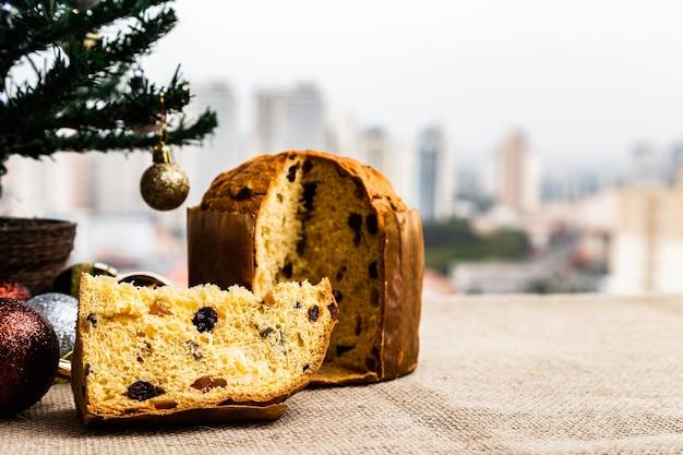 Panetone de natal delicioso com decoração de natal