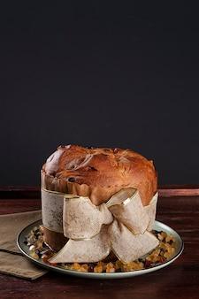 Panettone. bolo de frutas típico servido no natal. copie o espaço