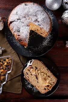 Panettone. bolo de frutas típico servido no natal. vista do topo
