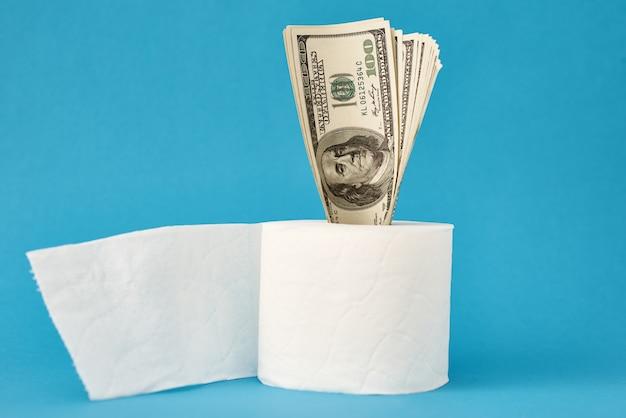 Pânico na compra do conceito de surto de covid-19 coronavirus. rolo de papel higiênico com notas de dólar usd