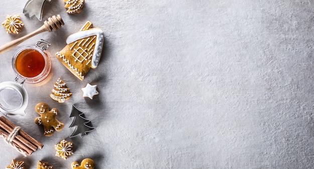 Panificação de natal, biscoitos de gengibre, mel, canela e cortadores de biscoito - copie o espaço.