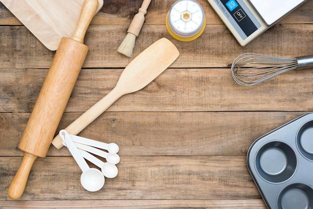 Panificação e utensílios de cozinha com cronômetro de cozinha, balança na mesa de madeira
