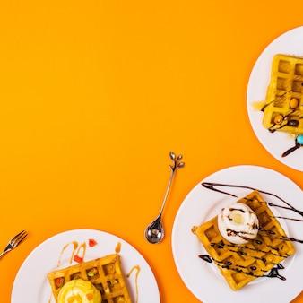 Panificação fresca cozinhando waffles belgas dourados frescos
