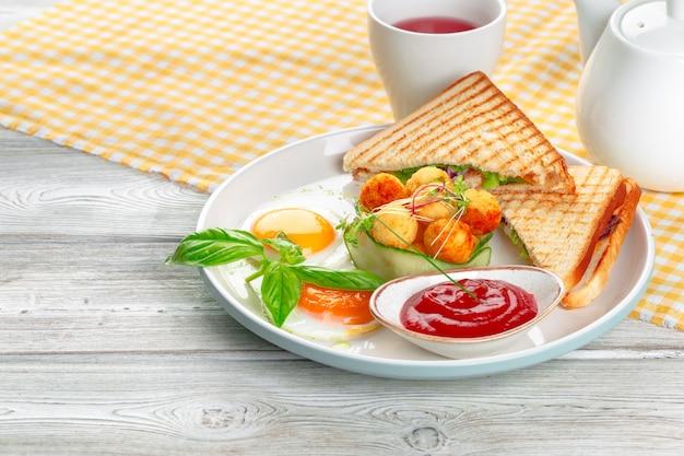 Panini com sanduíche e manjericão com bolinhas de queijo