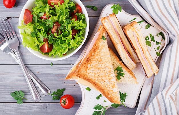 Panini de sanduíche com presunto, queijo e salada