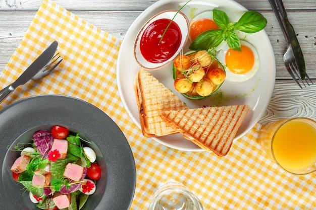 Panini de sanduíche com presunto, tomate, queijo e manjericão com bolinhas de queijo