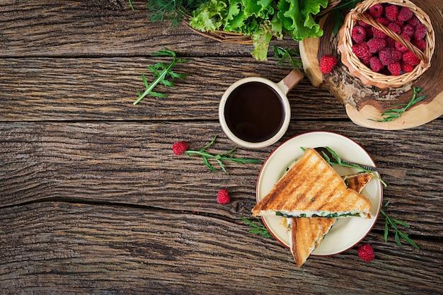 Panini sanduíche com queijo e mostarda folhas. café da manhã. café da manhã da vila. vista do topo. configuração plana