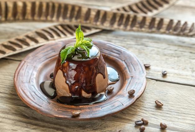 Panna cotta de café com cobertura de chocolate