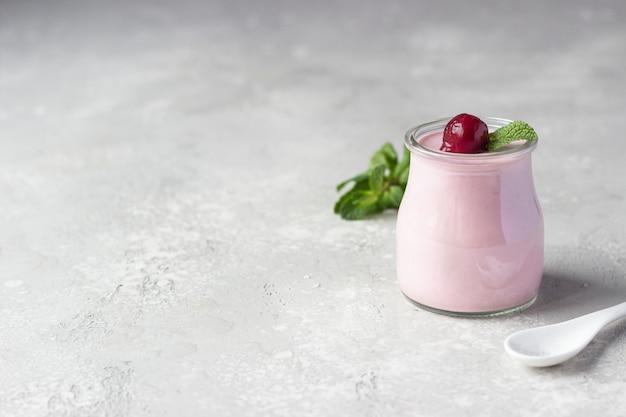 Panna cotta de cereja com cerejas frescas e hortelã em frascos