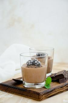 Panna cotta de chocolate com amora