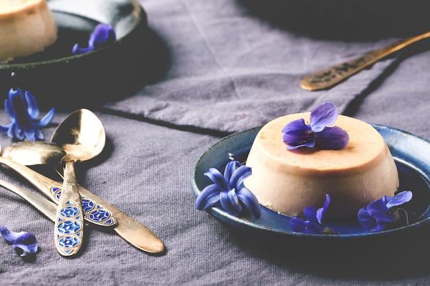 Pannacotta de caramelo com flores violetas