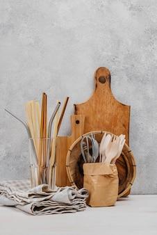 Pano de cozinha e objetos de madeira