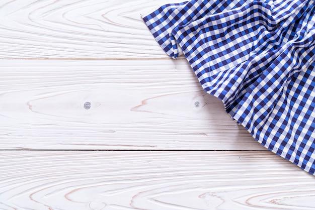Pano de cozinha (guardanapo) em fundo de madeira