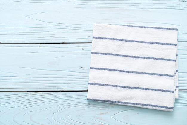 Pano de cozinha (guardanapo) na mesa de madeira azul