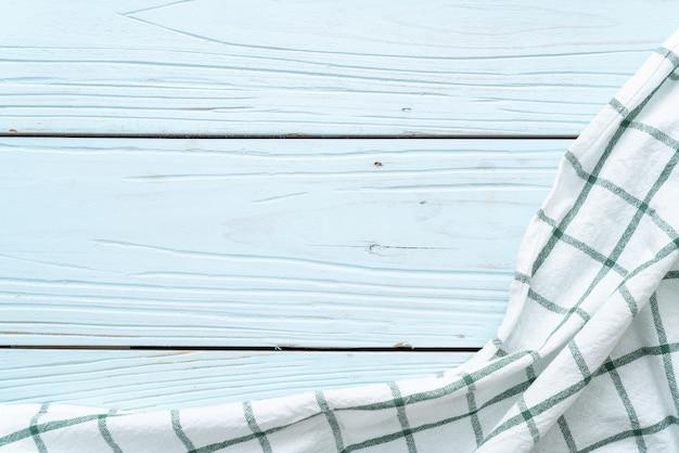 Pano de cozinha (guardanapo) sobre fundo azul de madeira