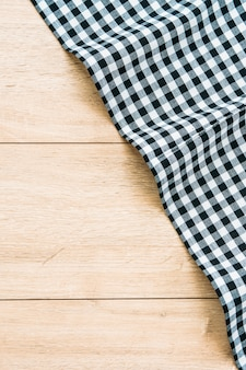 Pano de cozinha na mesa de madeira