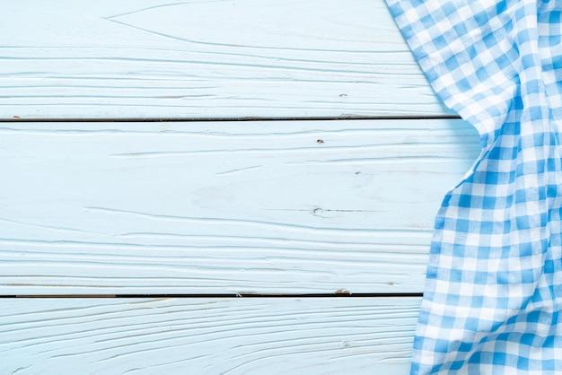 Pano de cozinha na superfície de madeira azul