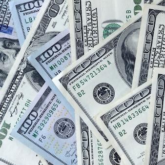 Pano de fundo abstrato com muitas notas de cem dólares
