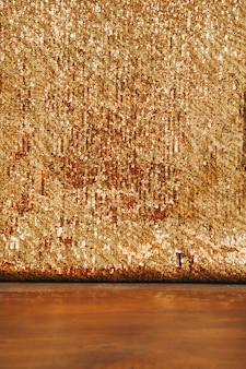 Pano de fundo abstrato glitter dourado na mesa de madeira