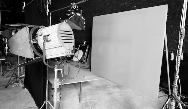 Pano de fundo com tela azul e grande luz led de estúdio para produção de vídeo ou fotografia de filme