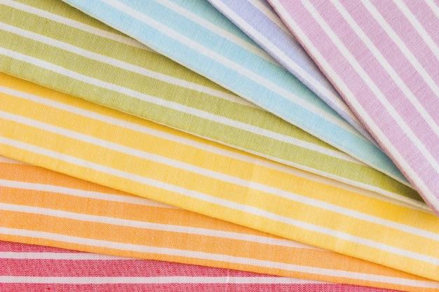 Pano de fundo de tecido colorido padrão de listras dobradas
