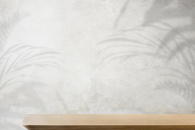 Pano de fundo do produto, mesa de madeira vazia com parede de concreto e sombra de planta