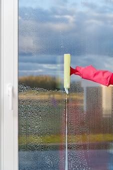 Pano de janela com luvas para limpeza das mãos e spray.