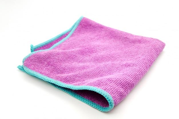 Pano de limpeza de microfibra roxo isolado