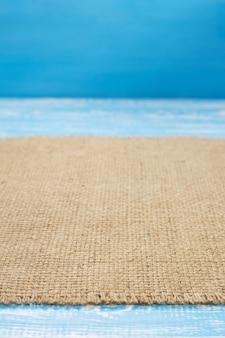 Pano de saco de juta de serapilheira na mesa de madeira com fundo em vista frontal
