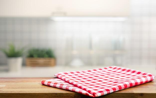 Pano de tecido vermelho sobre mesa de madeira