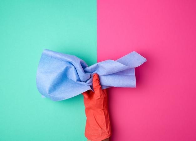 Pano de viscose azul para limpar o pó da casa nas mãos
