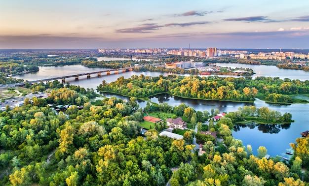 Panorama aéreo da ilha de trukhaniv no rio dnieper em kiev, ucrânia