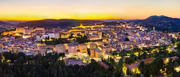 Panorama aéreo de perugia ao pôr do sol. umbria, itália