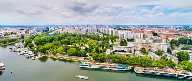 Panorama aéreo do centro da cidade de estrasburgo com um rio - frança, bas-rhin
