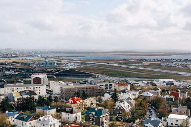 Panorama aéreo do centro de reykjavik com casas coloridas e ruas comerciais