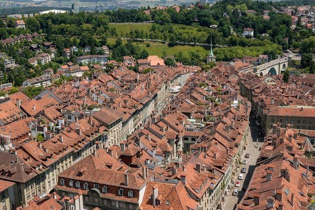 Panorama aéreo do centro histórico da cidade de berna da catedral de berna, suíça. paisagem de verão, dia ensolarado e céu azul