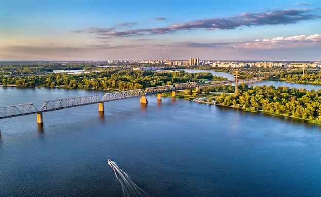 Panorama aéreo do dnieper com a ponte ferroviária petrovsky em kiev, capital da ucrânia