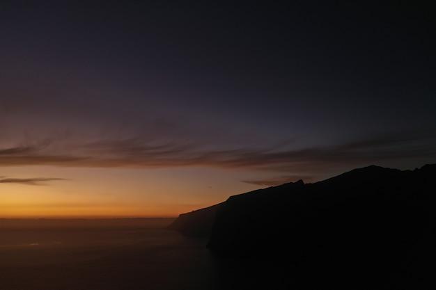 Panorama aéreo dos acantilados de los gigantes penhascos dos gigantes ao pôr do sol