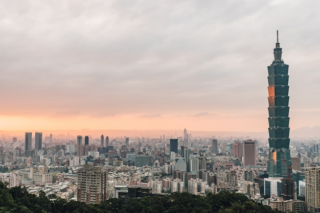 Panorama aéreo sobre o centro de taipei com taipei 101 arranha-céu