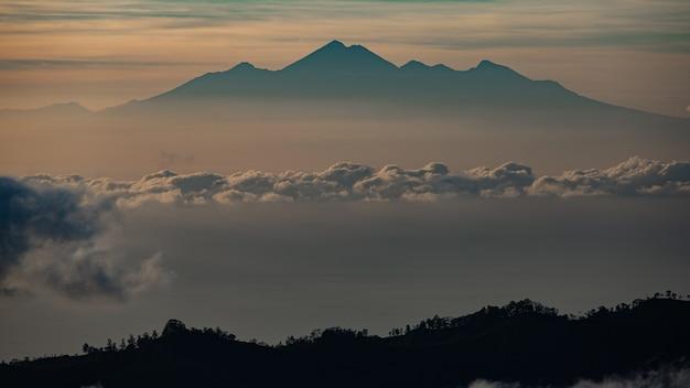 Panorama. amanhecer com vista para o vulcão. vulcão batur. bali, indonésia