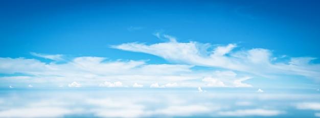 Panorama amplo céu nuvens acima das nuvens da janela do avião
