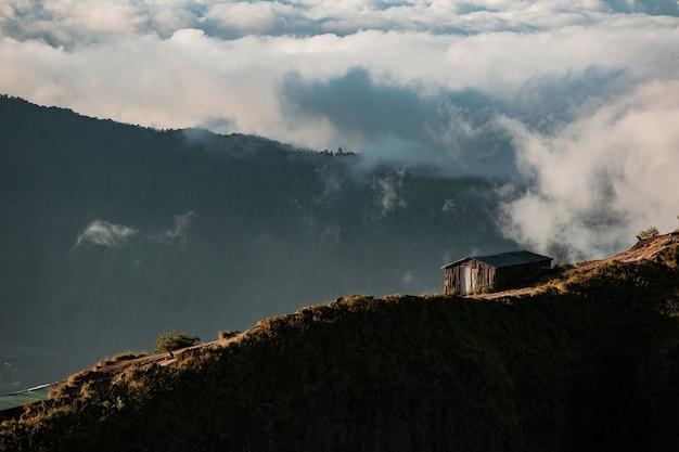 Panorama. casa na montanha. vulcão batur. bali, indonésia