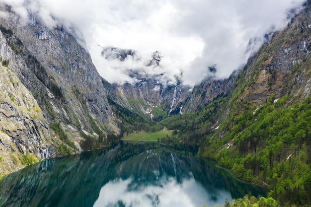 Panorama cênico da montanha com prados verdes e turquesa idílico