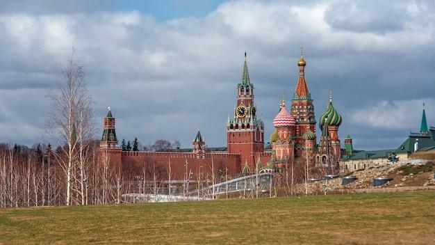 Panorama cênico do parque zaryadye com vista para a catedral de são basílio e o kremlin de moscou, rússia. vista dos marcos históricos de moscou na primavera. belo cenário do central park de moscou.