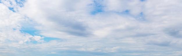 Panorama: céu azul coberto por nuvens brancas
