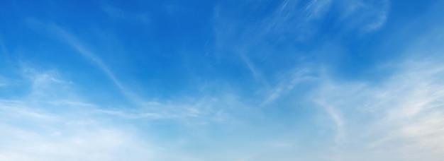 Panorama céu azul com nuvens suaves