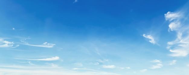 Panorama céu azul com nuvens
