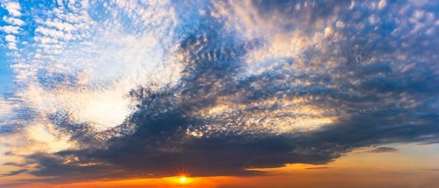 Panorama céu e nuvens com fundo de sol